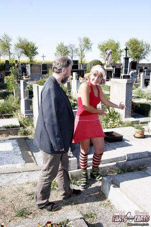 Хитрая блонда соблазнила старого мужика на кладбище 5 фото