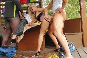 Парни трахнули подруг во время пикника 3 фото