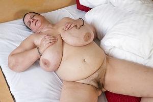 Развратная бабуля с обвисшими дойками и мохнатой мандой 2 фото