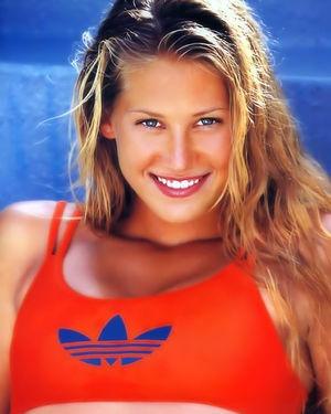 Известная теннисистка загорает на пляже топлес 13 фото