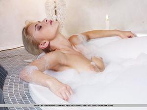 Красиво раздевается, чтобы принять ванну 11 фото
