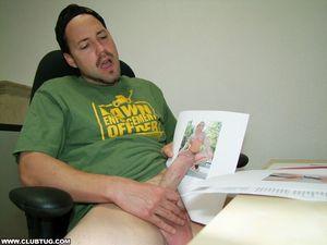 Начальница застукала за мастурбацией 0 фото