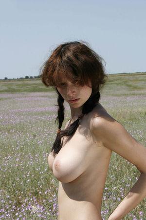 Фото худой девушки в степи. 1 фото
