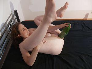 Жена затолкала себе в пизду большой огурец 1 фото
