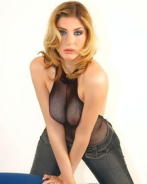Блондинка гладит стройное тело сквозь сексуальный костюм 3 фото