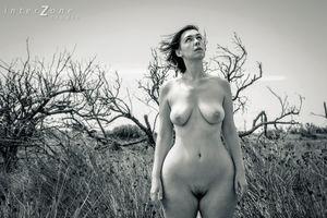 Черно-белое фото зрелки с широкими бедрами 4 фото
