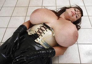 Milena Velba вывалила свою силиконовую грудь 3 фото