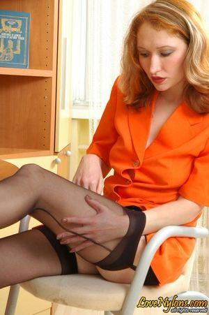 Русская секретарша в чулках занялась сексом со своим начальником 1 фото