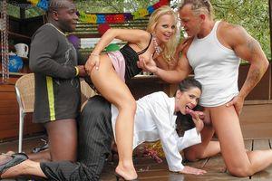 Парни трахнули подруг во время пикника