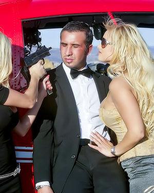 Парнишка среди саванны ебет двух блондинок с большими дойками 1 фото