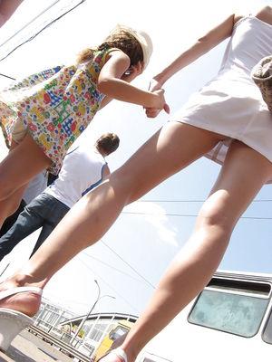 Парни заглядывают тайком под юбки русских девок. 4 фото