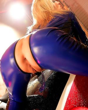 Белокурая мотоциклистка расстегнула свой костюм 12 фото