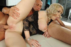 Блондинка ебется с двумя мужиками 8 фото