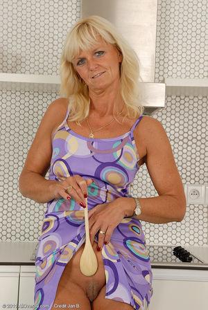 Пожилая блондинка раздвинула ноги на кухне 10 фото