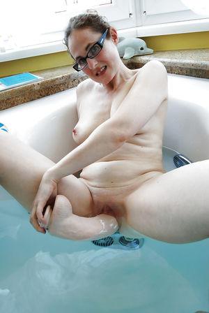 Зрелая баба играется с самотыком 2 фото