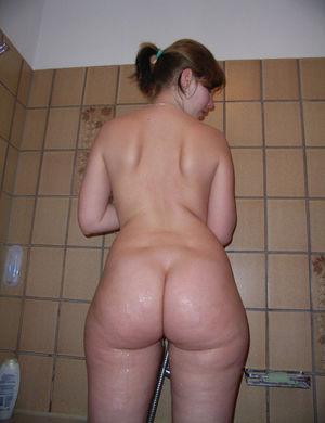 Девушка в ванной намывает попку