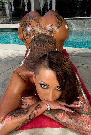 Телка с большой попой и татуировками 12 фото
