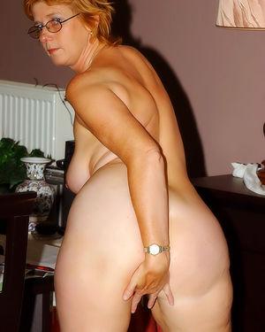 Развратная зрелая женщина, мастурбирует на работе 10 фото