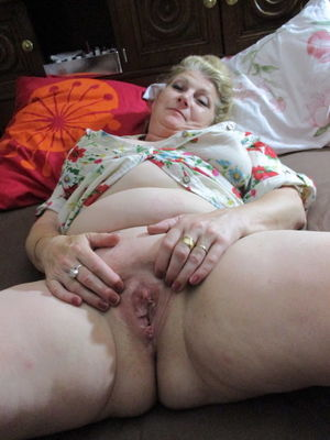 Толстая баба трахает себя самотыком 13 фото
