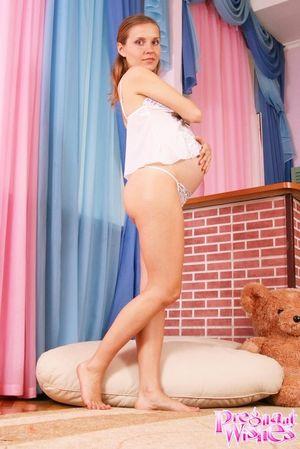 Беременная блондинка фотографируется на память 1 фото