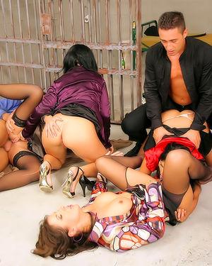 Детективы трахают подозреваемых в проституции девушек 10 фото