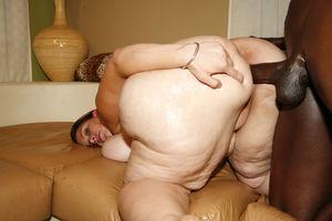 Толстая баба с большой жопой трахается с негром 6 фото
