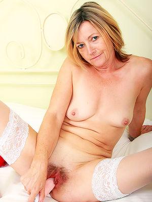 Зрелая блондинка мастурбирует мохнатку