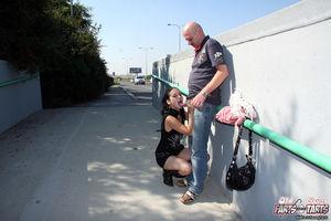 Лысый парень отодрал сексуальную брюнетку на улице 6 фото