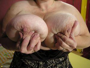 Толстая баба дрочит жирную пизду на кровати 4 фото