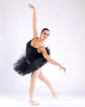 Балерина в чёрной пачке демонстрирует свою классную гладкую пилотку 3 фото