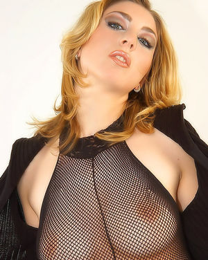 Блондинка гладит стройное тело сквозь сексуальный костюм 0 фото