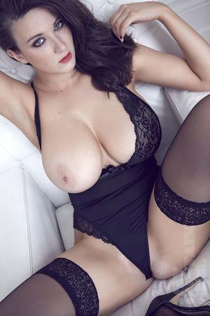 Эротические фото страстной брюнетки. 9 фото