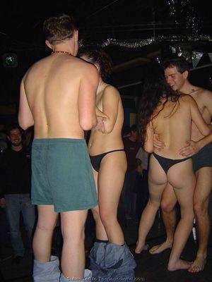 Голые девушки танцуют с парнями на вечеринке 8 фото