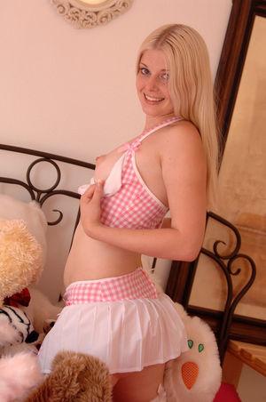 Сладенькая блондинка трахает свою киску 5 фото