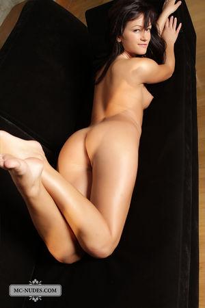 Стройная брюнетка широко раздвигает ноги 0 фото