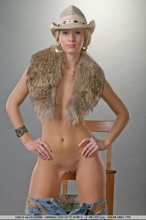 Гибкая блондинка в ковбойской шляпе 8 фото