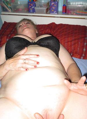 Толстая баба трахает себя самотыком 12 фото