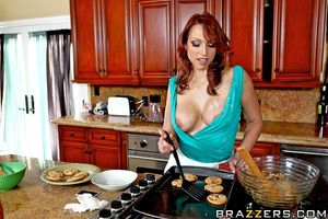 Милфа трахнула на кухне молодого пасынка 6 фото