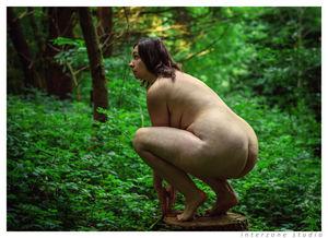 Сочная толстушка делает прекрасные фото на природе голышом 8 фото
