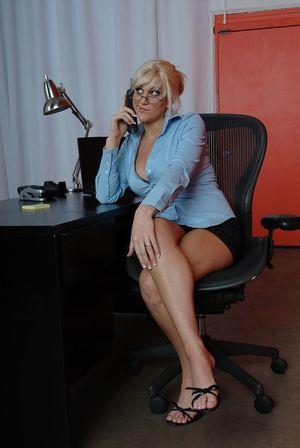 Сисястая секретарша трахается на рабочем месте 4 фото