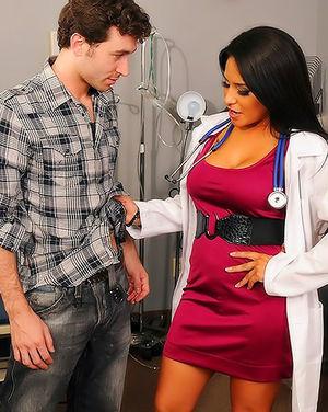 Шикарная врачиха с круглой задницей соблазнила пациента 4 фото