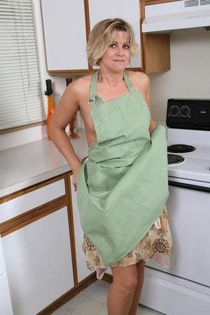 Мамашка разделась на кухне 5 фото
