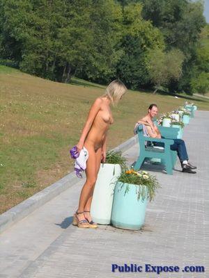 Голая блонда на людной набережной 5 фото
