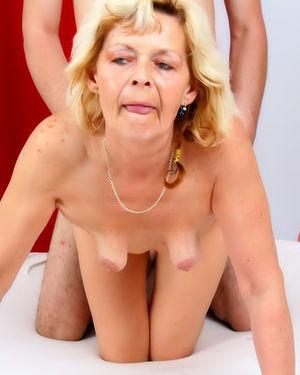 Внук трахнул бабушку, которая мастурбировала
