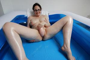 Шаловливая жена трахает себя в надувном бассейне 2 фото