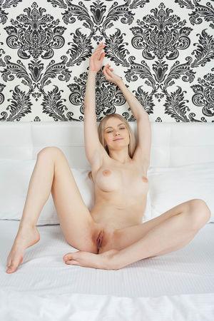 Очаровательная голая блондинка 6 фото