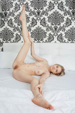 Очаровательная голая блондинка 8 фото
