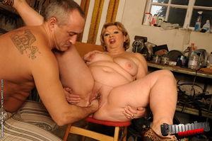 Толстая старая баба получает фистинг от любовника и мастурбирует пизду самотыками 3 фото
