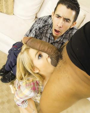 Перед мужем куколдом блондинка чпокается с брутальным негритосом 6 фото