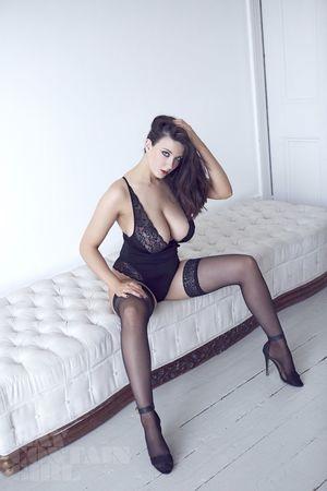 Эротические фото страстной брюнетки. 5 фото